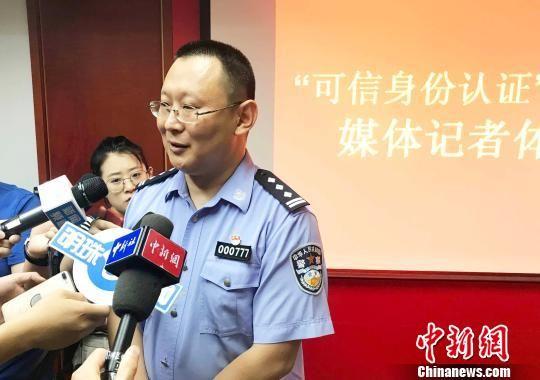 浙江省公安厅治安总队副总队长解晓勇正在接受采访。 张斌 摄