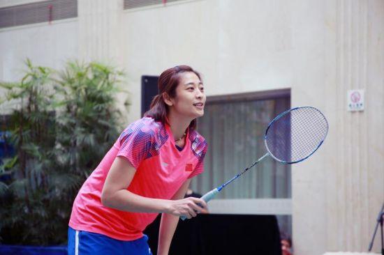 图为:羽毛球世界冠军王琳与球迷同台竞技。 主办方供图