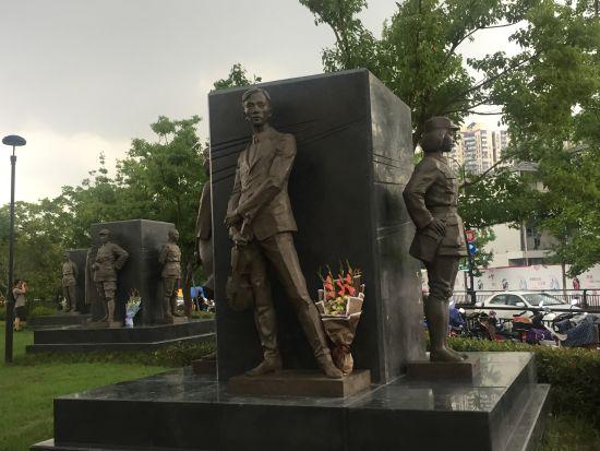 三组雕塑。 童笑雨 摄
