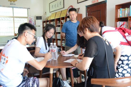 暑期社会实践团在调研。 学校提供