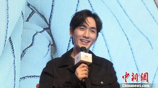 图为:《镇魂》主演朱一龙接受媒体采访。 沈�P蓝 摄