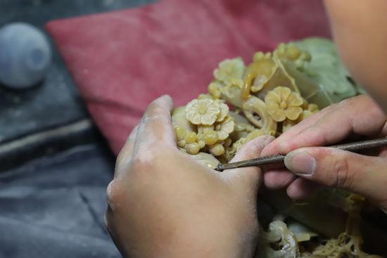图为:山口镇石雕从业者正在雕刻作品。 胡小丽 摄