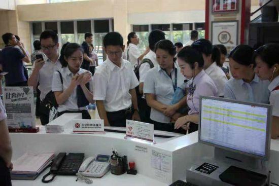各银行机构代表在中国银行温州市分行营业部现场观摩。中行温州市分行供图