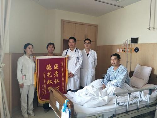 图为徐先生及家人为东阳市人民医院赠送锦旗。拍摄者:施紫楠