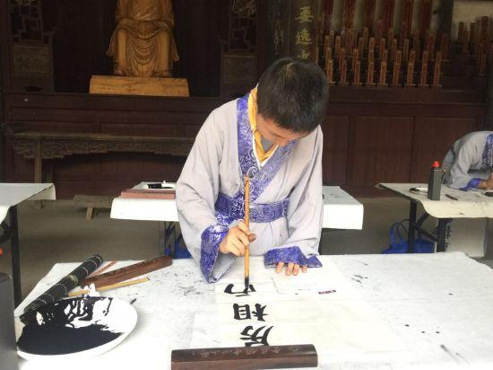 图为王羲之在嵊州的第58代后裔在练书法。 项菁 摄