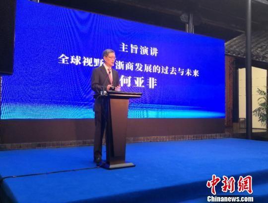 图为外交部原副部长、国务院侨务办公室原副主任、中国与全球智库(CCG)联席主席、人大全球治理中心主任何亚非在研讨会上发言。 胡亦心 摄