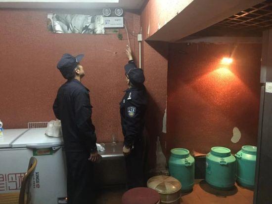 杭州景区公安民警正在走访商户进行巡查。 警方供图