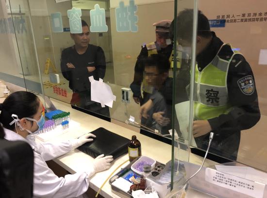 杭州余杭交警正在处理一起醉驾事件。 警方供图