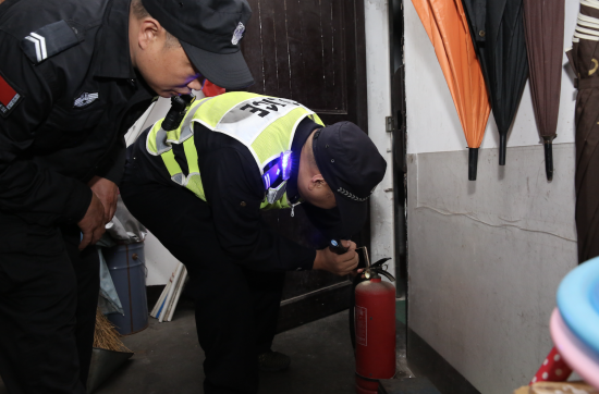 杭州富阳警方开展消防检查工作。 警方供图