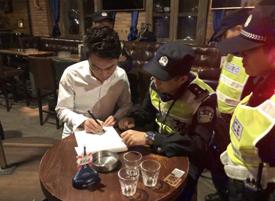 杭州滨江警方在娱乐场所开展巡查。 警方供图