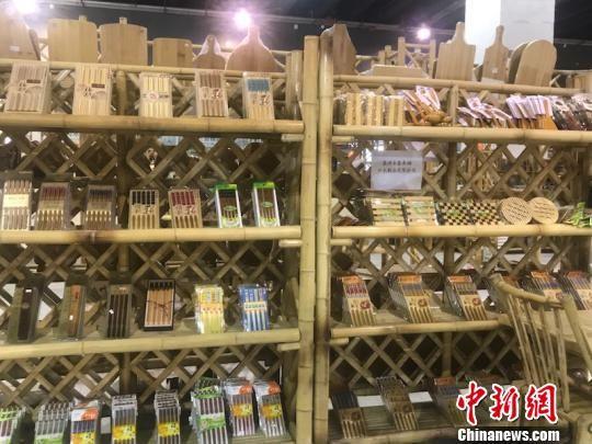 现场展出的竹制产品 奚金燕 摄
