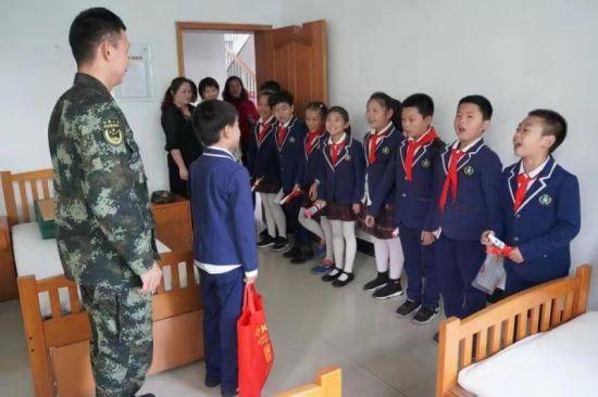 学正小学四(2)蓝精灵中队走进驻地武警十二中队的宿舍。主办方供图