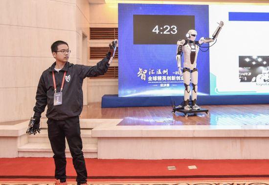 图为创业者演示可模仿控制人动作的仿生机器人。 赛创未来供图