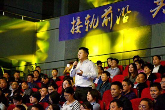 图为:临海民营企业家提问互动。范宇斌 摄