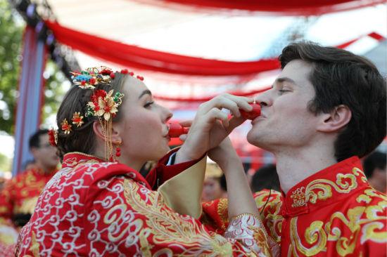 阿里再现102对新人集体婚礼 国际化加速迎多对外籍新人