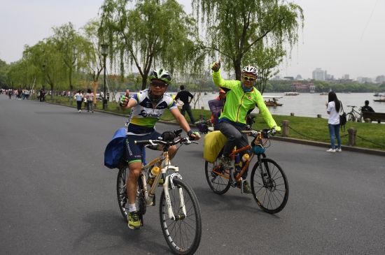 杭州西湖花红柳绿 市民游客惬意游湖赏春