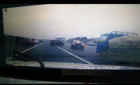 """错过高速路口司机""""任性""""变道后车避让不及三车相撞"""